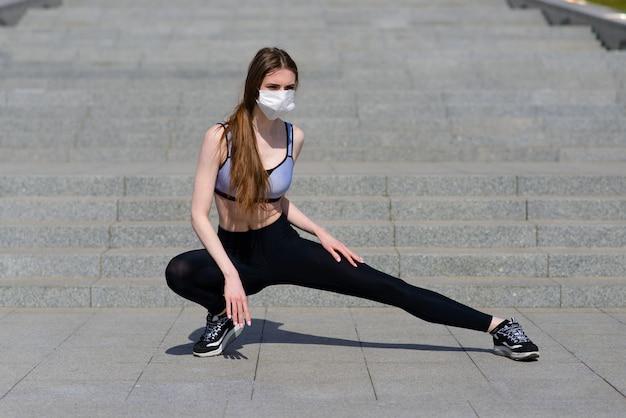 女性ランナーの朝の運動は、鼻マスクを着用しています。ほこりやウイルスに対する保護、covid