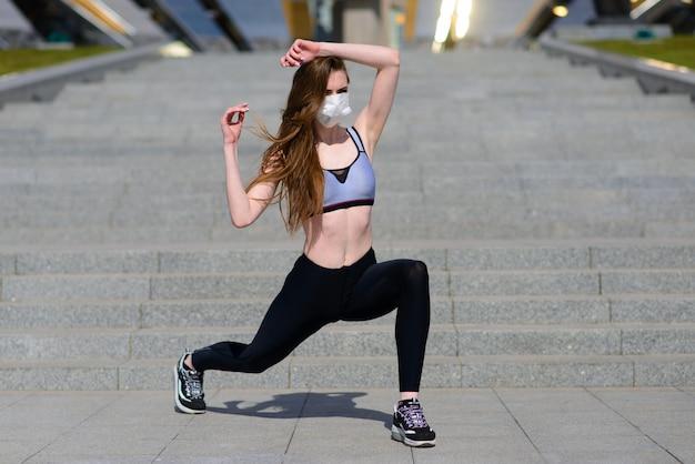 Женщина бегунов утренней гимнастики носит маску для носа. защита от пыли и вирусов