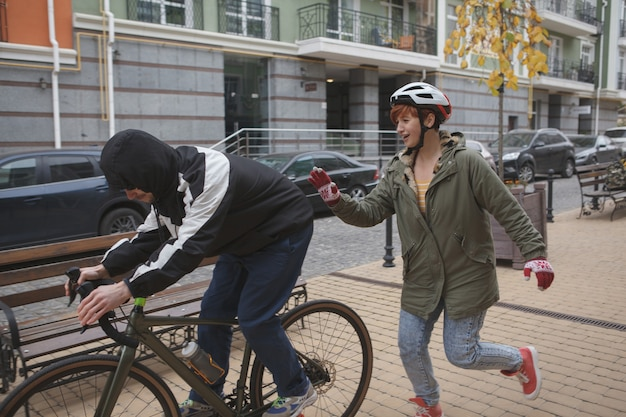 泥棒が自転車を盗んで犯人を捕まえようとして走っている女性