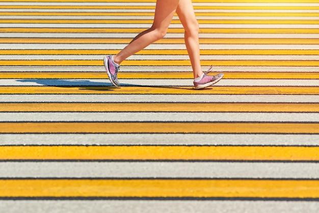 Женщина работает пешеходный переход, копия пространства. спортивная (ый) женщина, бег в спортивной одежде на городской дороге. здоровый образ жизни, фитнес, спорт, хобби