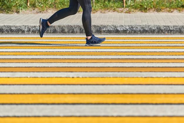 Женщина работает пешеходный переход тренировки спринт на открытом воздухе