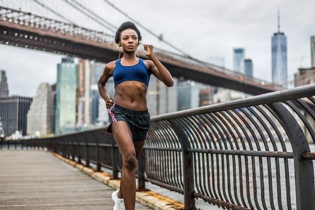 ニューヨークで走っている女性