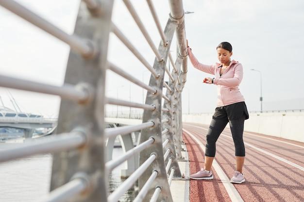 スポーツスタジアムで走っている女性