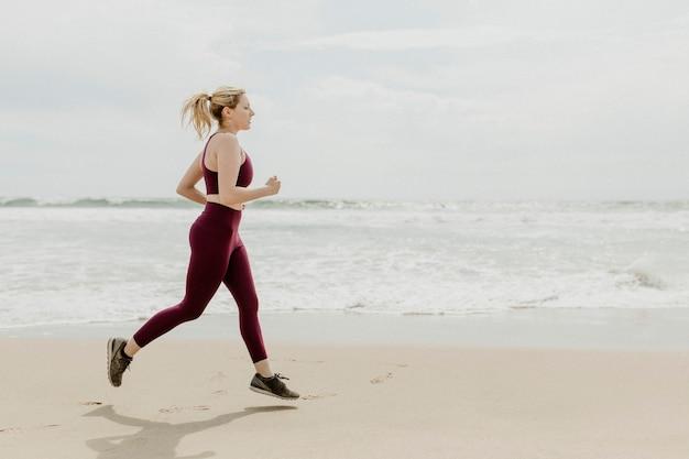 해변에서 달리는 여자
