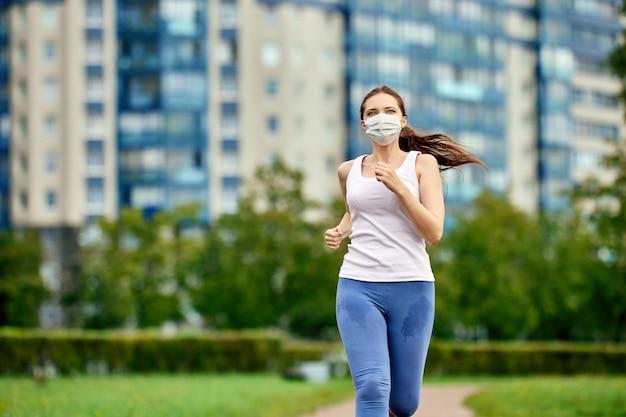 Женщина бежит в медицинской маске для защиты от коронавируса