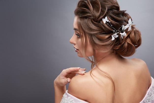 그녀의 머리에 꽃을 가진 여자의 등