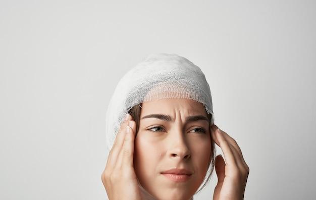 여자의 붕대 머리 부상 건강 문제 의학. 고품질 사진