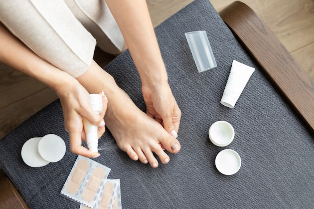 Босые ноги женщины с травмой ногтя на большом пальце ноги
