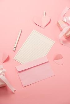 女性の日のグリーティングカード、手作りのハート型の装飾が施された封筒。ラブレター、サプライズ、お祝いのコンセプト