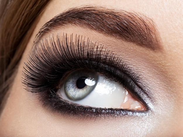 검은 눈 화장과 여자의 눈. 매크로 스타일 이미지. 긴 속눈썹