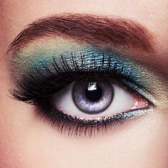 緑のアイメイクで女性の目
