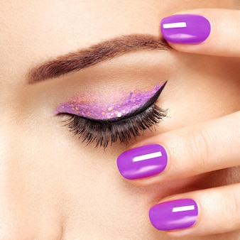 보라색 눈 화장과 여자의 눈. 매크로 스타일 이미지