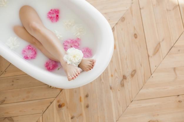 목욕에있는 여자의 발. 발 스파