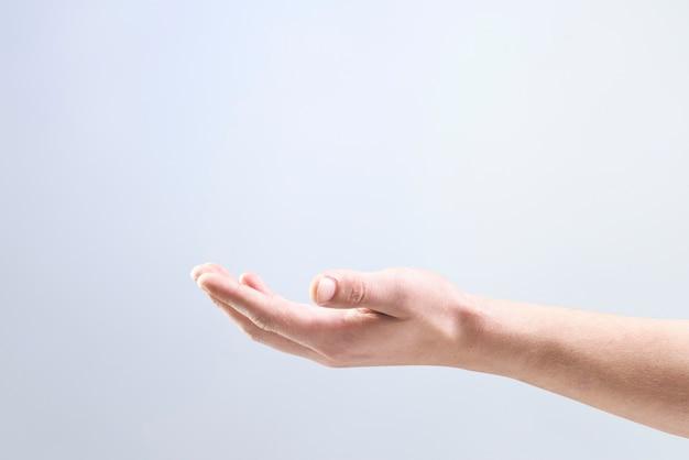 보이지 않는 물체 제스처를 보여주는 여자의 손 배경