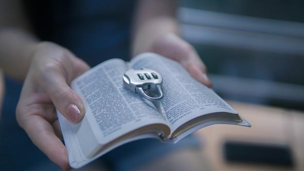 女性の手は屋外で鍵を握っています。希望、信仰、キリスト教、宗教の概念。