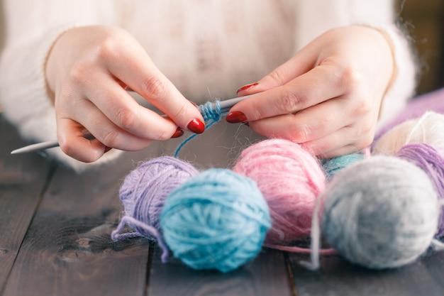 여자의 손 뜨개질 스카프, 공예.
