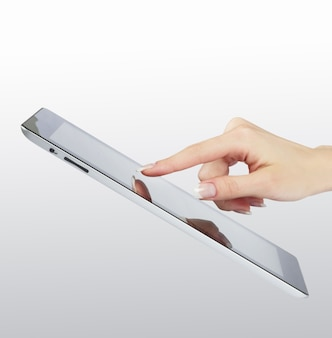 Точка руки женщины на современной электронной цифровой рамке с пустым экраном