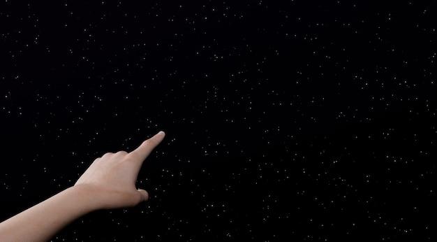 별이 빛나는 하늘을 가리키는 여자의 손