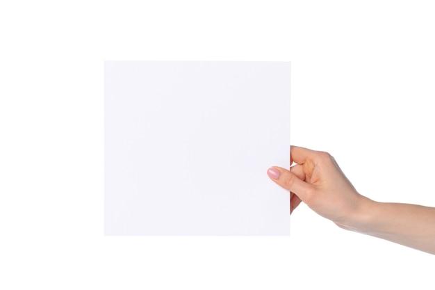 白い背景で隔離の白い紙のバナーを示す女性の手