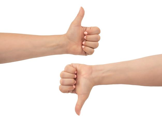 여자의 손은 흰색 배경에 격리된 제스처와 아래로 엄지손가락을 보여주는 엄지손가락을 보여줍니다. 좋아하거나 싫어하거나, 나쁘거나 좋거나, 승인되지 않는 분홍색 매니큐어 제스처로 여성의 손을 클로즈업합니다.