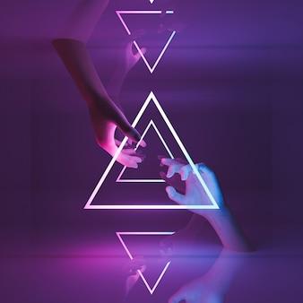 거울 반사와 네온 빛의 삼각형 사이 여자의 손
