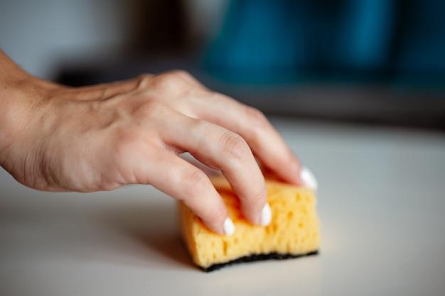 表面を掃除する女性の手