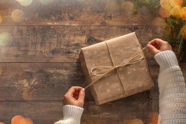 크리스마스 선물을 들고 여자의 손