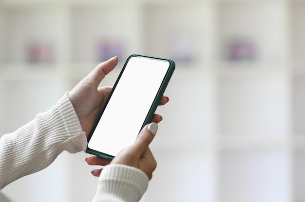 Женские руки, держа смартфон
