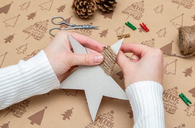 Женские руки делают рождественское украшение