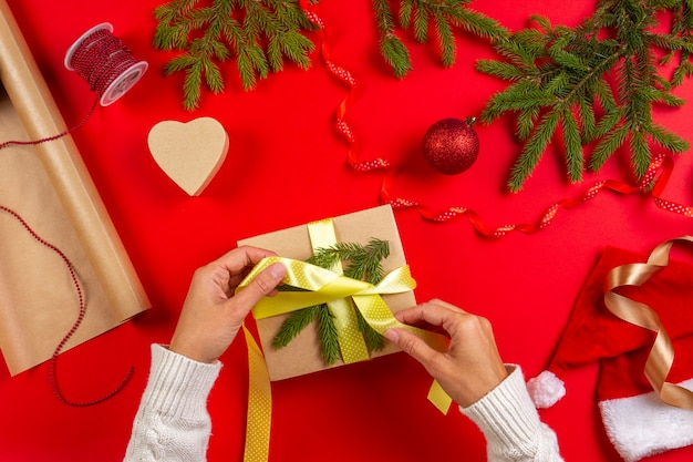 クリスマスプレゼントの梱包、ラッピングの女性の手