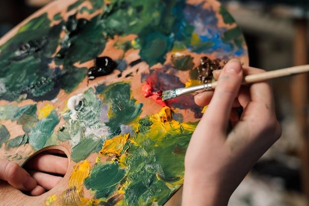 自宅で絵を描く女性の手