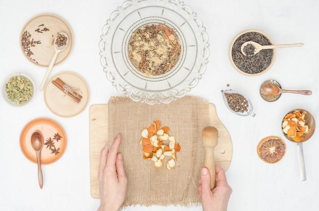 Женские руки готовят индийский чай масала со специями