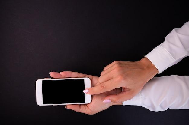 スマートフォンを使った女性の手