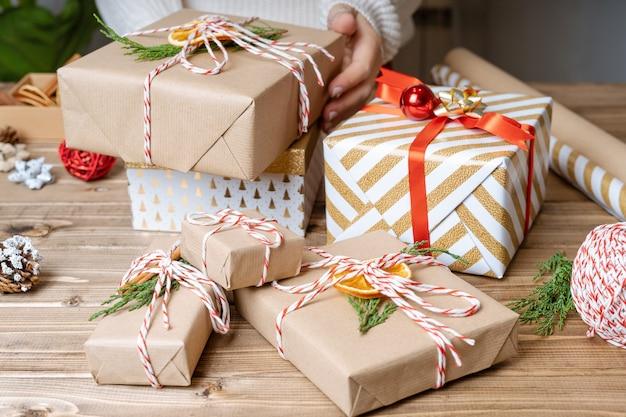 Руки женщины с рождественским подарком