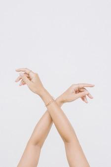 リングとブレスレットと女性の手