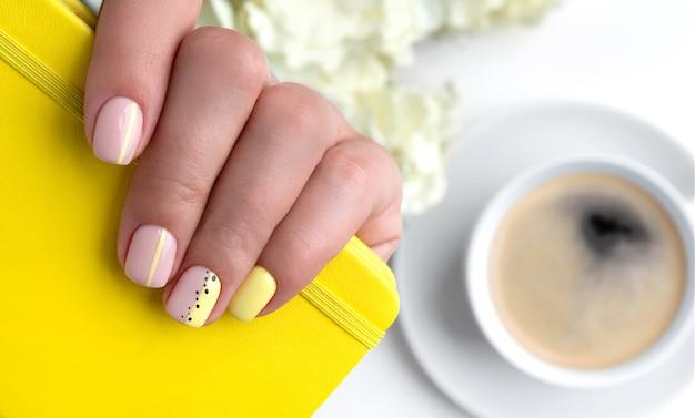 봄 여름 네일 디자인으로 여자의 손