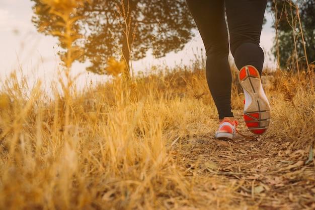 午前中に走っている女性の足