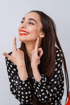 여자의 초상화입니다. 자연미. 사람들의 감정. 옆을 봐, 빨간 입술 근처의 손가락.
