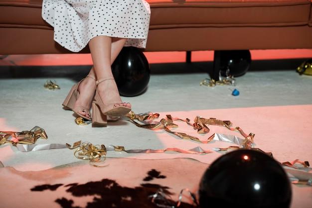 Scarpe da donna alla festa di capodanno con copia spazio