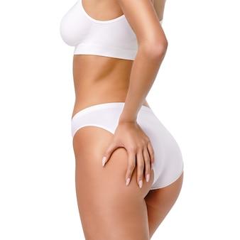 Туловище женщины крупным планом на белом