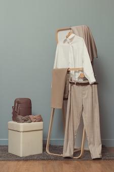 Женский гардероб в бежевых тонах.
