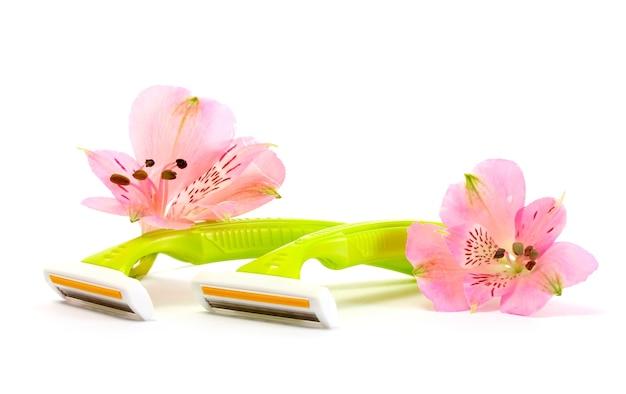 여성 안전 면도기와 꽃 흰색 절연