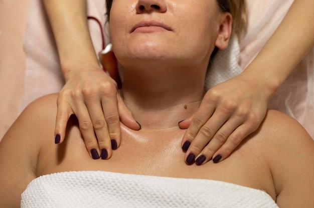 Donna al salone che ha massaggio