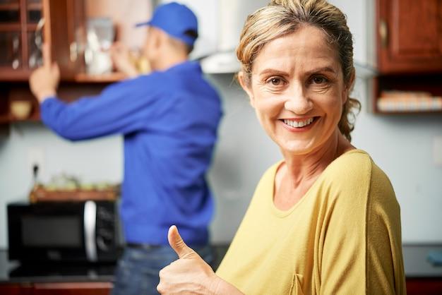 Женщина удовлетворена домашними услугами