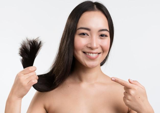 彼女の髪に満足している女性