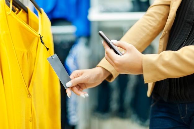 Женщина, сканирование qr-кода в торговом центре