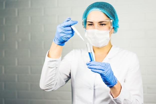 화학 테스트를 하 고 실험실에서 여성 과학자