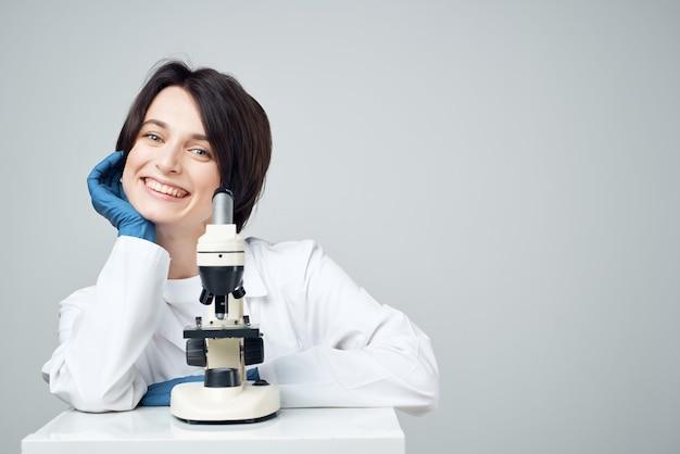 Женщина-ученый лаборатория микроскоп биотехнологии исследования