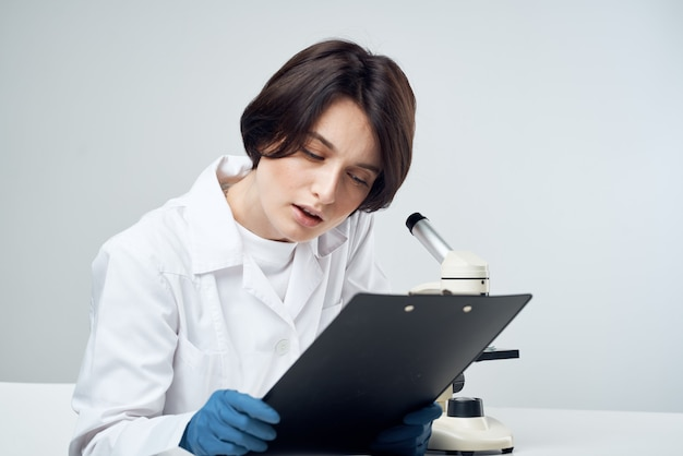 Женщина ученый лаборатория науки исследования микроскоп