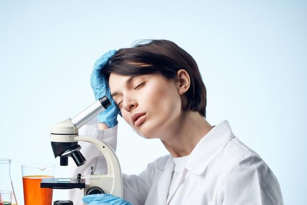 여성 과학자 현미경 진단 미생물학 전문가